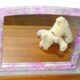 Miroir pivotant à poser sur commode peint patine argent et confettis tons roses